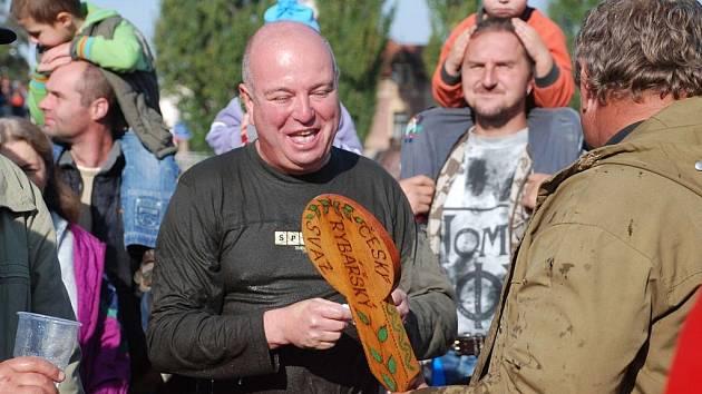 Jičínský starosta Martin Puš si při výlovu rybníka Kníže také užil vody.