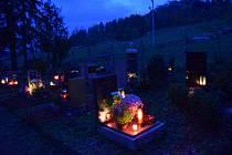 Hřbitov ve Staré Pace v období Dušiček.