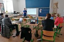 Chodovická malotřídka připravila výuku žáků on-line. Před tím se učitelé školili.