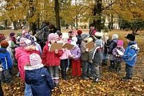 Děti z hořických mateřinek se školáky ZŠ Komenského.