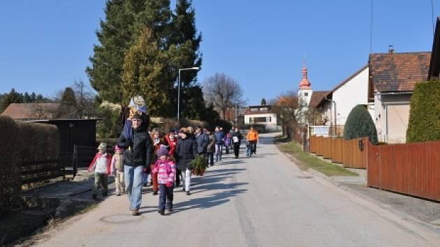 Vítání jara v Holovousích.