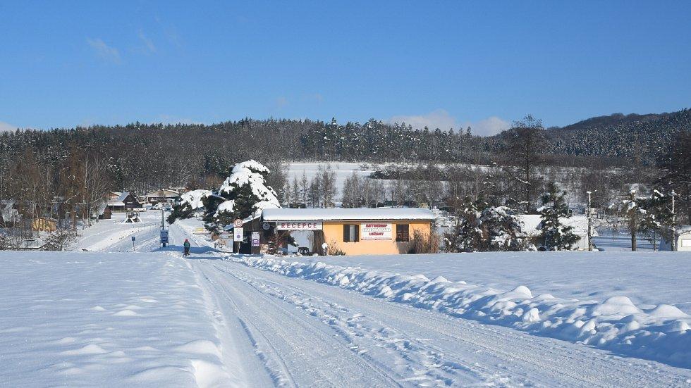 Autokemp Lužany se nachází na jihovýchodním okraji Českého ráje na břehu rybníka Marešák blízko Jičína.