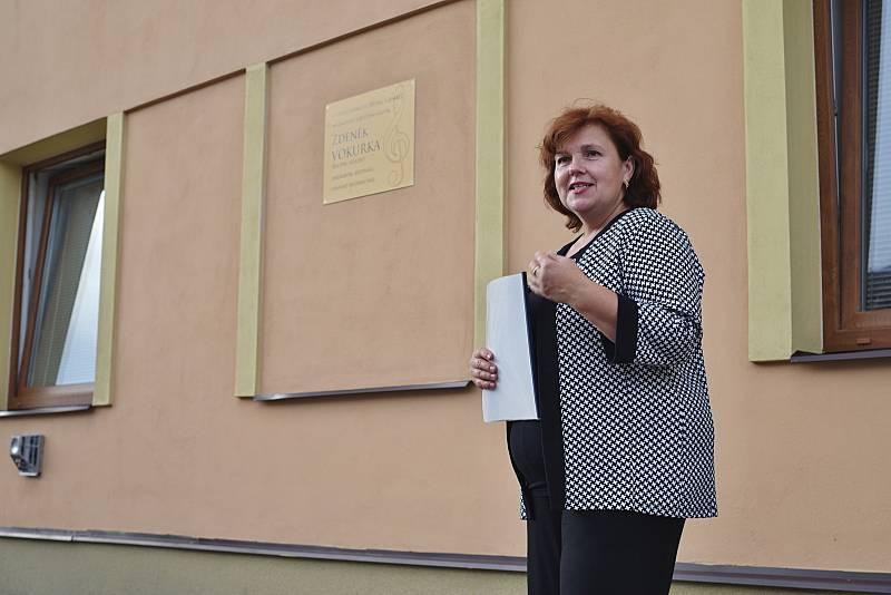 Pavlína Čížková při odhalení pamětní desky Zdeňka Vokurky. Foto: archiv města