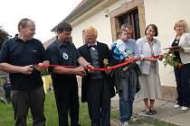 Slavnostní přestřižení pásky při otevření naučné stezky Karla Jaromíra Erbena v Miletíně.
