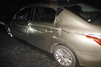 Automobil v Ostroměři poškozený kamionem.