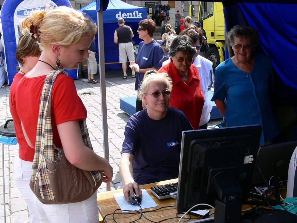 Veřejnost se zajímala o tvorbu našich novin, práci jim předvedla webeditorka Alena Kaňková.