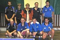 Společný snímek stolních tenistů v Nové Pace - zleva stojí: Vajgl, Foff, zraněný Dlabola, Kortus (všichni Stará Paka) a domácí Macák, v pokleku Šajner (Stará Paka) a domácí Fejfar, Kazda, Čeřovský.