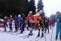 Na startu! Eliška Peterková připravena, uprostřed s číslem 37.