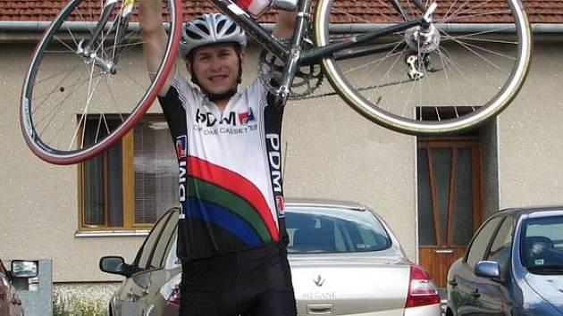 Šťastný Daniel Polman po projetí cílem.