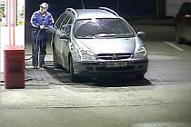 Muž neplatí za natankovaný benzín. Poznáte ho?
