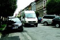 Podélné parkování v Tyršově ulici je nyní zakázáno. Nedisciplinovanost brání plynulosti provozu.