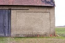 Zeď stodoly v Želechovicích, kde byl v roce 1938 popraven Němci Karel John.