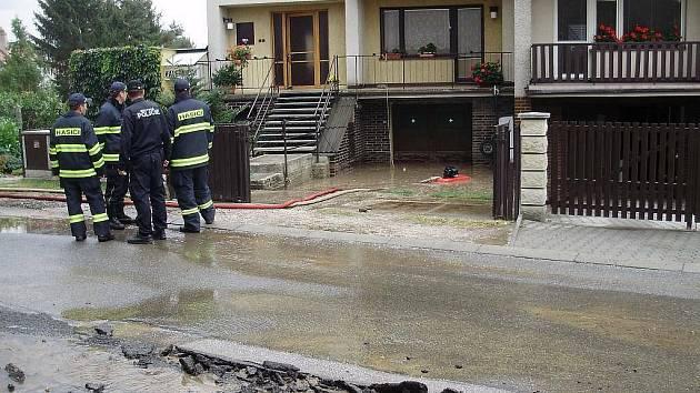 Prasklo důležité potrubí, část Hořic se ocitla bez vody.