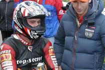 Na loňské zatáčky zavítal také Lukáš Pešek, na snímku s hořickým jezdcem Oldřichem Podlipným při startu třídy 125 GP.