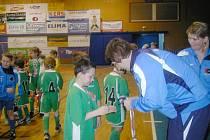 OBĚTAVÍ POŘADATELÉ z Jičíněvsi vždy odměnili nejúspěšnější týmy medailemi a poháry.