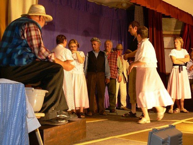 Úbislavičtí ochotníci sehráli Poprask na laguně v sále místní hospůdky.