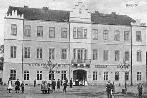 Snímek radnice z roku 1921. Poznáte, z jakého je města?