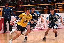 Trenér Petr Babák pozorně sledoval výkony svých svěřenců. Vpravo (v tmavém) bojuje o míč Ondra Masák.