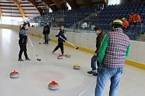 Curlingový turnaj na jičínském zimáku.