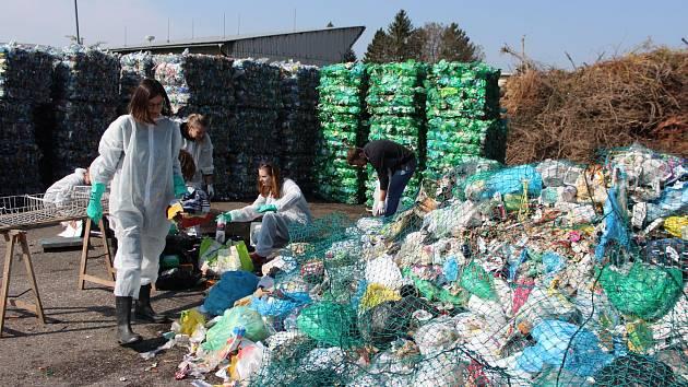 Pracovníci neziskové organizace Incien při přebírání odpadu na jičínském sběrném dvoře.