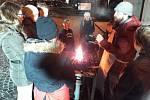 Zájemci s kovářským mistrem Josefem Salabou vyráběli šneky.