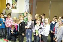 Ostroměřští žáci při soutěži knihovny.