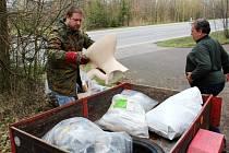 Dobrovolníci z Okrašlovacího spolku Stav během akce Ukliďme svět, ukliďme Česko podél bývalé státovky v kopci Babák na Novopacku.