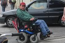 Hořický vozíčkář Martin Zajkr má také problémy s překonáváním vysokých obrubníků.