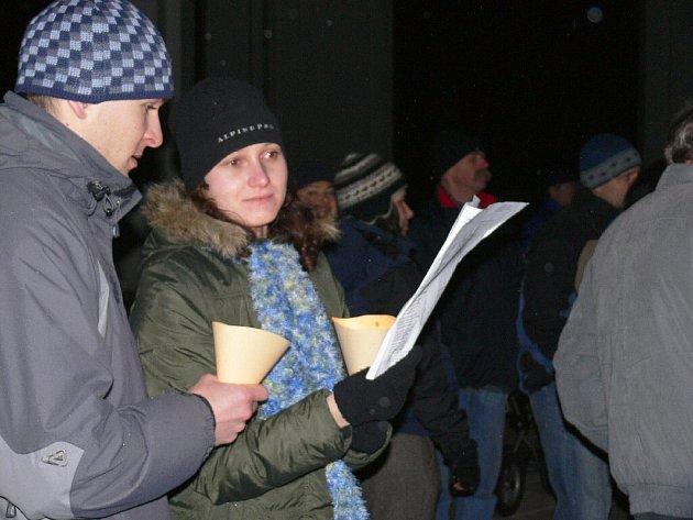 Zpívání koled v lodžii.