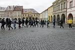 Na jičínském náměstí se sešlo šest set studentů. Cestou utvořili lidský řetěz.
