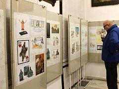 Z výstavy karikatur v novopackém Suchardově domě.