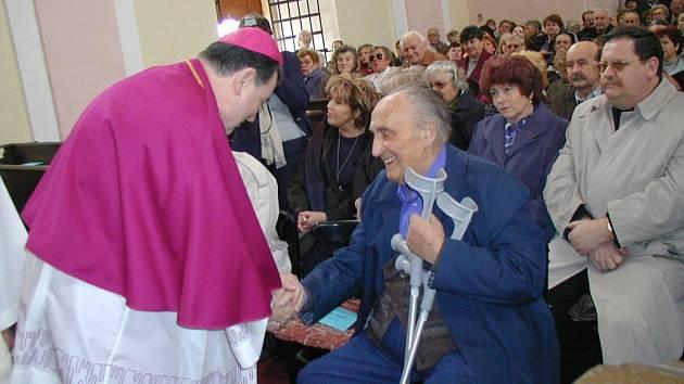 Ze slavnosti v kostele v Konecchlumí - Vladimír Komárek s Dominikem Dukou.