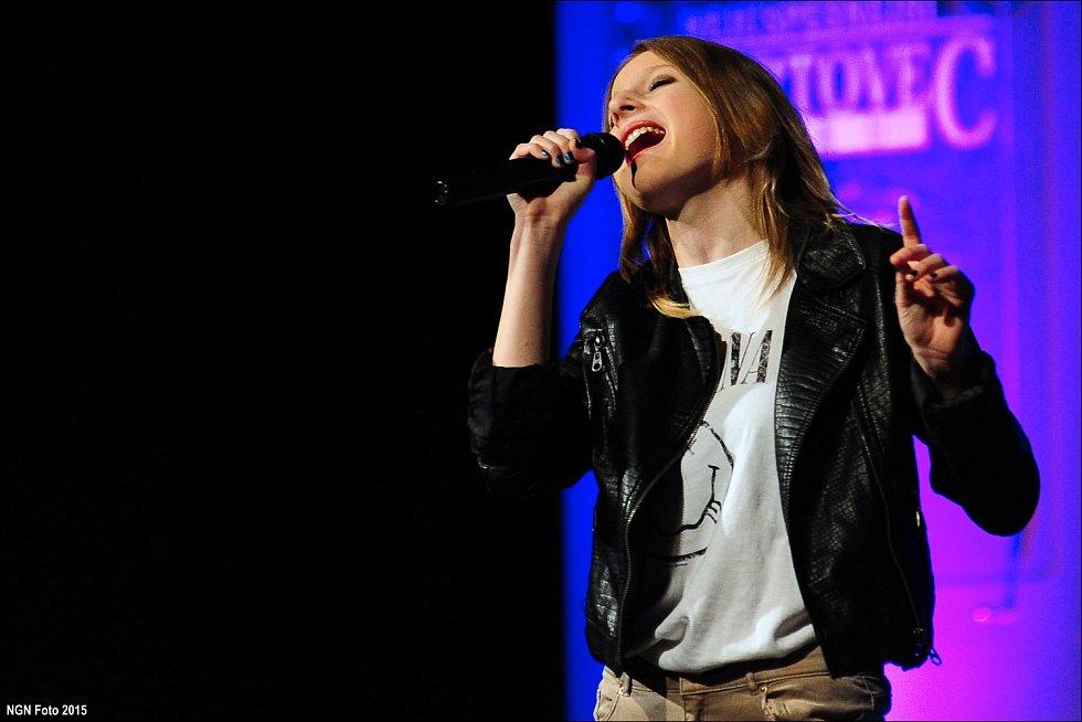 Eva Matějovská zpívá.