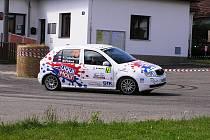 Ryze dámská posádka Pavlína Tydlačková – Martina Picková na rychlostní zkoušce.