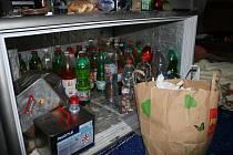 Akce policistů na Jičínsku, celkem zadrženo sedm osob, podezřelých z výroby a  prodeje omamných látek.