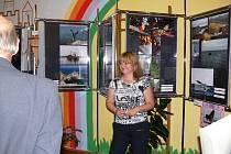 Hana Verzichová  při zahájení výstavy fotografií z Jižní Ameriky  v Úbislavicích. Zdařilé snímky mohla veřejnost poprvé obdivovat v Českých Budějovicích, nyní zde.