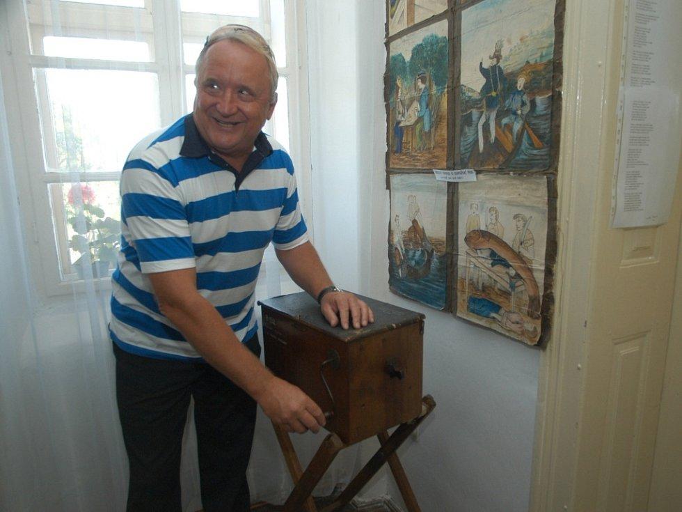 Královéhradecký hejtman Pavel Bradík si v železnickém muzeu vyzkoušel hru na flašinet.