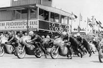 CENA PRACHOVSKÝCH SKAL 1964, historický snímek, start kategorie 250. Zleva Kročka (startovní číslo 5), Pražák (1), Chalupník (2), Malina (31), Srna (33), na stroji Ravo.