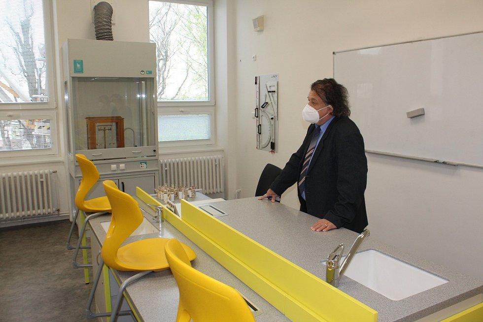 Ředitel školy Roman Mareš představuje novou učebnu chemie se všemi vychytávkami.