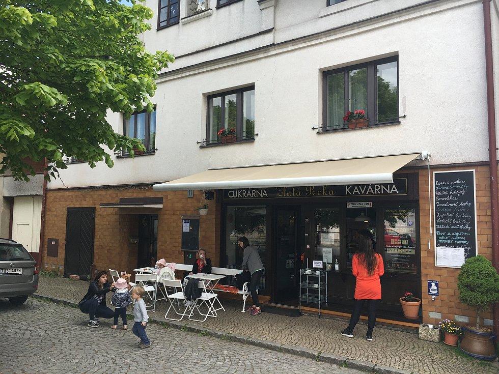 Hladoví turisti mohou zajít alespoň do cukrárny na náměstí.
