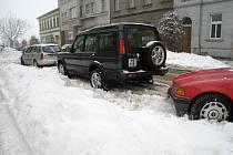 Parkování v Jičíně komplikované sněhem.