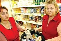 PONIČENÉ ZBOŽÍ skončilo v odpadcích. S psychickým šokem se budou prodavačky vyrovnávat déle.