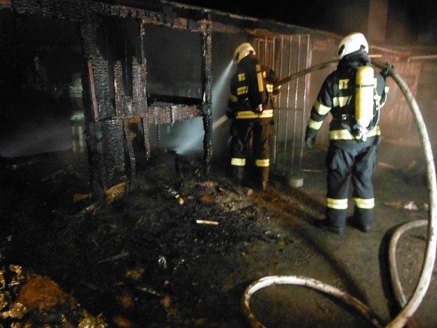 Hasiči stihli dostat oheň pod kontrolu dříve, než se stihl rozšířit a napáchat další škody.