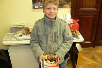 Adam Vávra s cenami ze včelařské soutěže.