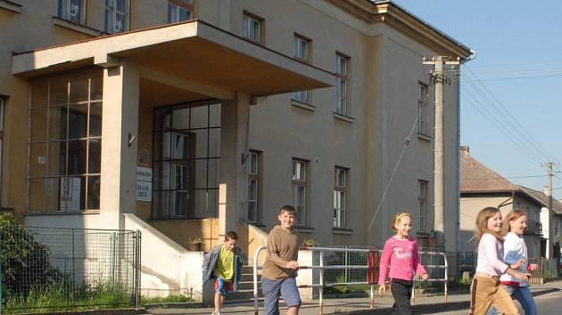 Pro děti nebezpečné místo před velišskou Základní školou Bodláka a Pampelišky.