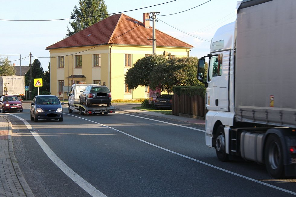 Obyvatelé Konecchlumí, Ostroměři i dalších obcí na E442 se snaží s životem u silnice vyrovnat, jak jen mohou. Ulevit by jim mohl plánovaný úsek D35 Úlibice-Hořice.