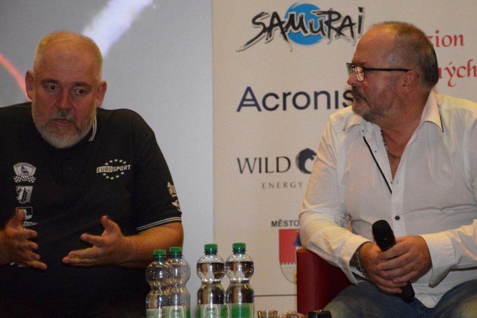 """Příznivci motosportu měli dostaveníčko v biografu """"Na špici"""" na setkání s předními jezdci českého road racingu."""