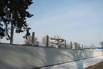 Ze zahájení výstavby protihlukové stěny u koupaliště.
