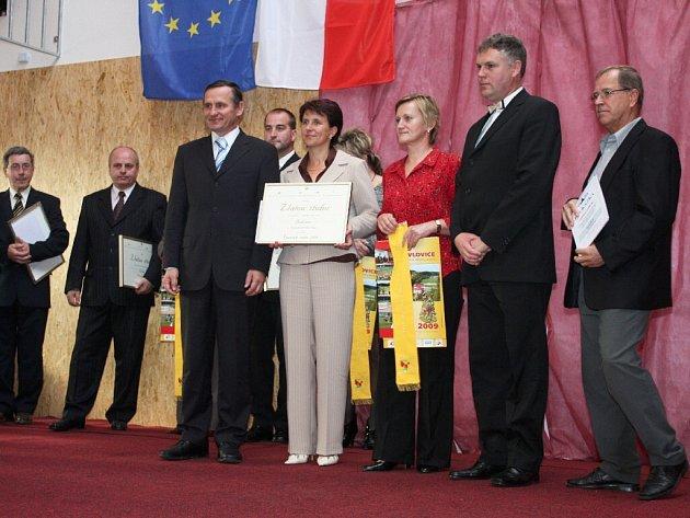 Starostka Bukvice Eliška Formanová v Lidečku, kde obdržela roku 2008 v soutěži Vesnice roku ocenění pro obec - Zlatou stuhu..