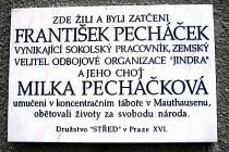 Pamětní deska Stanislavu Pecháčkovi a jeho manželce.